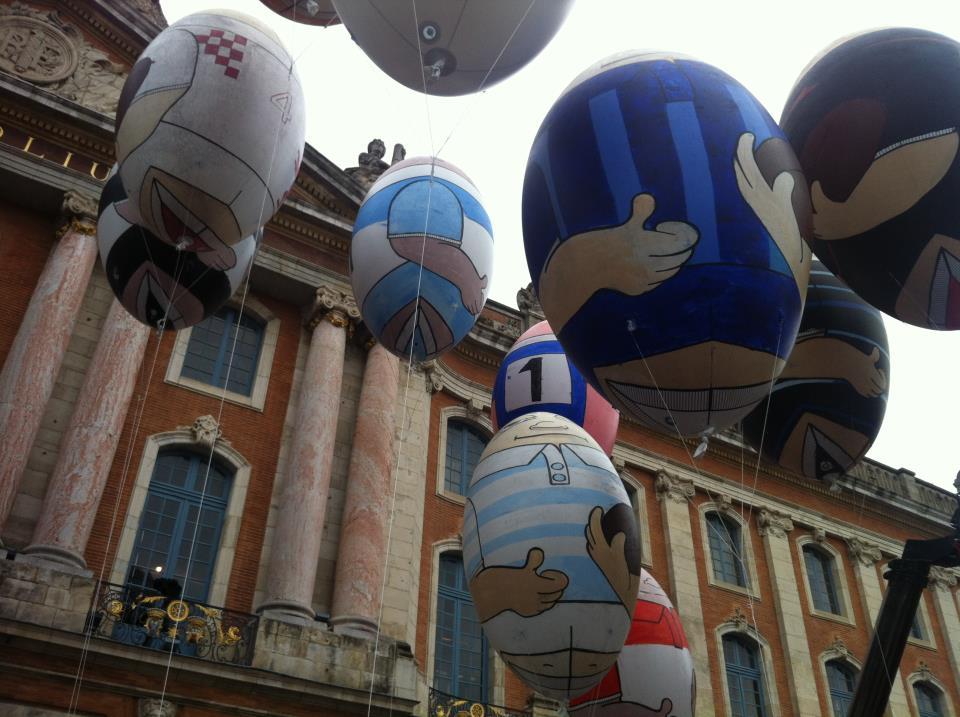 Juin 2012 -  La place du Capitole déjà remplie de supporters où flottent au vent les ballons peints par les petits toulousains aux couleurs des clubs du Top 14