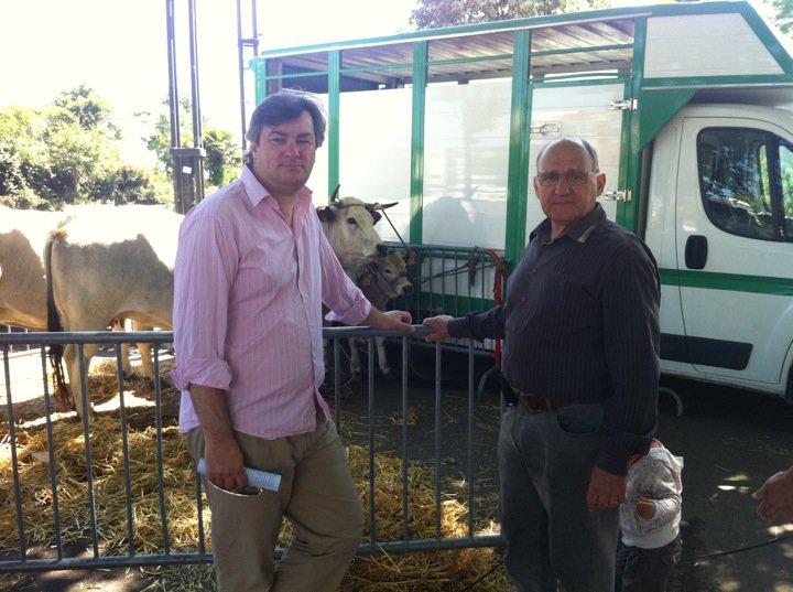 Mai 2011 -  Avec Michel Massou, du Comité de quartier Croix De Pierre, pour la deuxième édition de la fête du quartier où le bœuf gascon est à l'honneur.